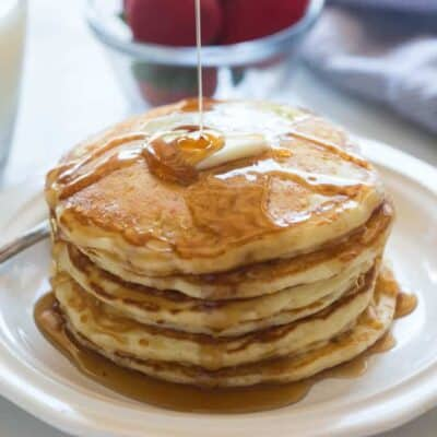 The best big and fluffy homemade buttermilk pancakes! | tastesbetterfromscratch.com