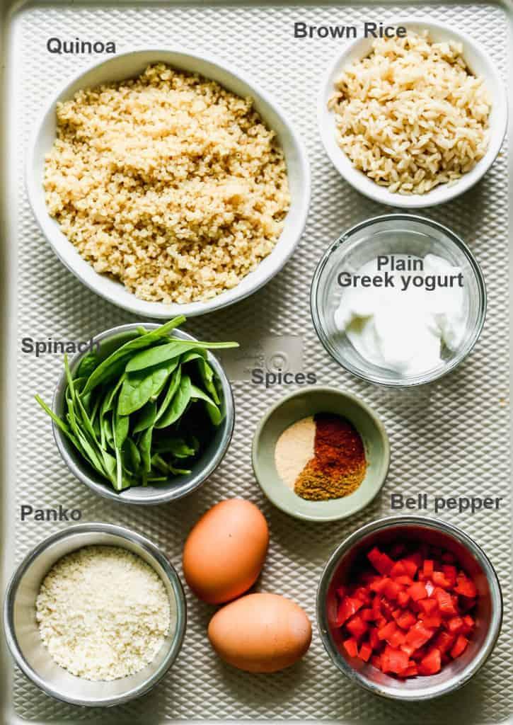 Un plateau avec les ingrédients étiquetés nécessaires pour faire des hamburgers végétariens.